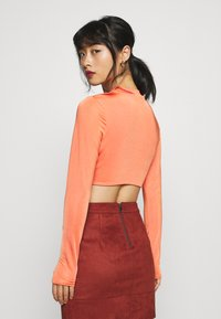 Missguided Petite - RUCHED CUT OUT SLINKY CROP TOP - Camiseta de manga larga - red - 2