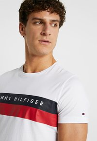 Tommy Hilfiger - LOGO BAND TEE - Camiseta estampada - white - 4