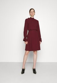 Victoria Victoria Beckham - TIE SLEEVE PLEATED DRESS - Day dress - iron red - 1