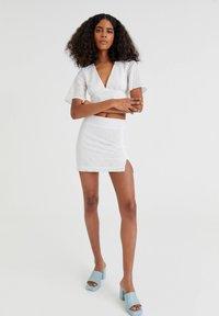 PULL&BEAR - WEISSER SCHWEIZER STICKEREI - A-line skirt - white - 1
