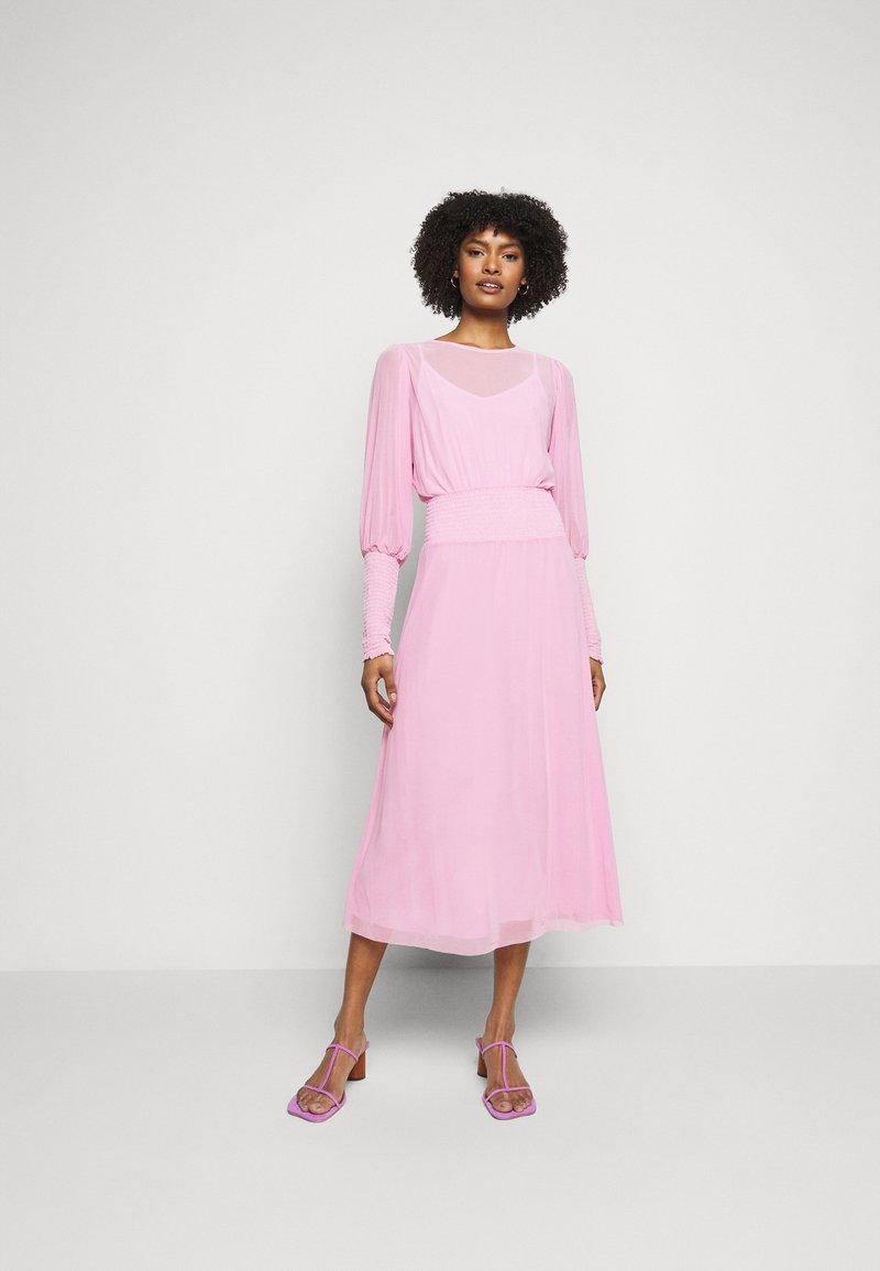Bruuns Bazaar - THORA ELLIEA DRESS 2-IN-1 - Sukienka letnia - pink lavender