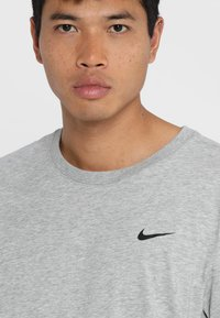 Nike Performance - DRY TEE CREW SOLID - Basic T-shirt - dk grey heather - 4