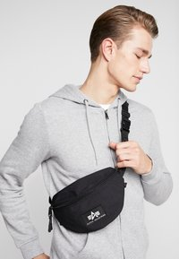 Alpha Industries - PRINT WAISTBAG - Ledvinka - black - 1