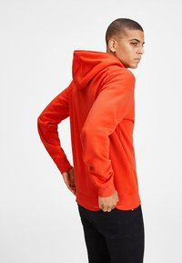 Jack & Jones - JCOPINN HOOD REGULAR FIT - Sweat à capuche - fiery red - 2
