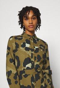 Vero Moda - VMGREETA DRESS - Košilové šaty - beech/greeta - 3