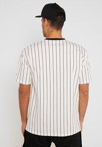 New Era - NEW ERA PINSTRIPE OVERSIZED TEE - Print T-shirt - off white/navy - 2