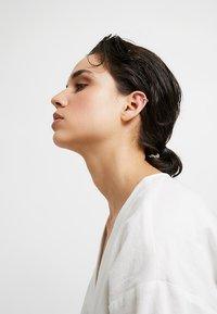 Orelia - SHAPE SINGLE EAR CUFF - Earrings - gold-coloured - 1