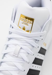 adidas Originals - BASKETBALL INSPIRED SPORTS MID SHOES - Sneakers - footwear white/core black/gold - 7