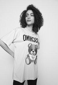 MOSCHINO - Print T-shirt - fantasy pink - 3