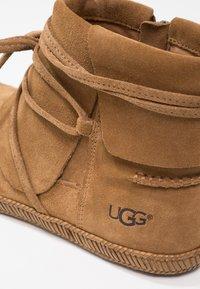 UGG - REID - Boots à talons - chestnut - 6