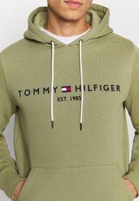 Tommy Hilfiger - LOGO HOODY - Sweat à capuche - faded olive - 5