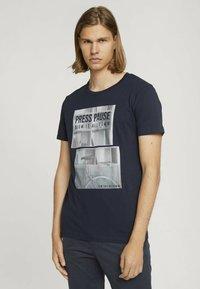 TOM TAILOR DENIM - MIT FOTOPRINT - Print T-shirt - total eclipse blue - 0