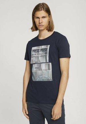 MIT FOTOPRINT - Print T-shirt - total eclipse blue