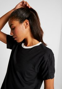 Under Armour - CHARGED  - Print T-shirt - black/white - 3