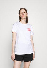 HUGO - DIBIUSA - T-shirts med print - white - 0