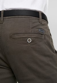 Lindbergh - CLASSIC WITH BELT - Chinos - dark army - 3
