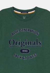Jack & Jones Junior - JORLARS CREW NECK - Print T-shirt - trekking green - 2