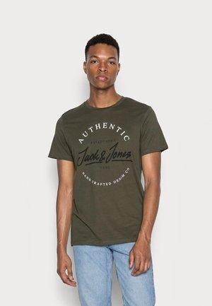 JJHERRO TEE CREW NECK - Print T-shirt - forest night