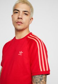 adidas Originals - ADICOLOR 3 STRIPES TEE - T-shirts med print - red - 4