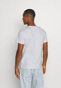 Tommy Jeans - CONTRAST POCKET TEE  - T-shirt z nadrukiem - silver grey - 2