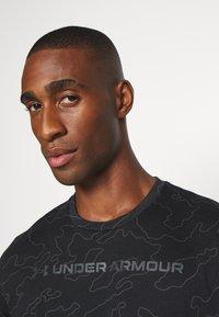 Under Armour - ALL OVER WORDMARK - T-shirt imprimé - black/jet gray - 3