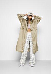 Nike Sportswear - W NSW ICN CLSH LNG JKT SATIN - Veste légère - mystic stone - 1