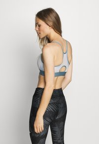 Under Armour - INFINITY LOW BRA - Sports bra - halo gray/hushed turquoise/radial turquoise - 2