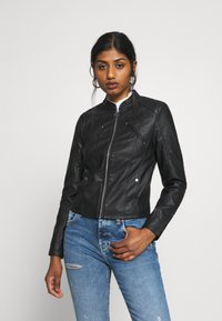 Vero Moda Petite - VMFAVODONA COATED  - Bunda zumělé kůže - black - 0