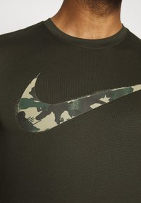 Nike Performance - DRY TEE CAMO - Print T-shirt - sequoia - 4