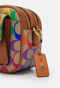 Coach - PRIDE SIGNATURE WILLOW CAMERA - Across body bag - natural multi - 7