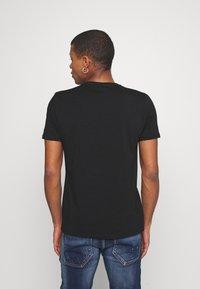 Alessandro Zavetti - GROWLER DUAL TEE - Print T-shirt - jet black black/orange/pink - 2