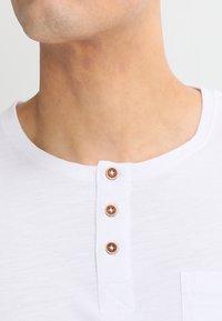 Tiffosi - BRIAN - Print T-shirt - blanc - 3