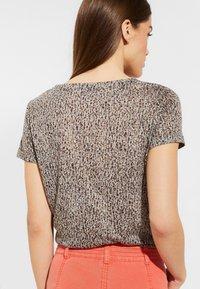 comma casual identity - MIT STATEMENT-PRINT - Print T-shirt - dark khaki - 2