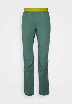 ROOTS PANT  - Kalhoty - pine/kiwi