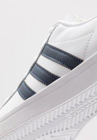 adidas Originals - COAST STAR - Sneakers laag - footware white/collegiate navy - 5