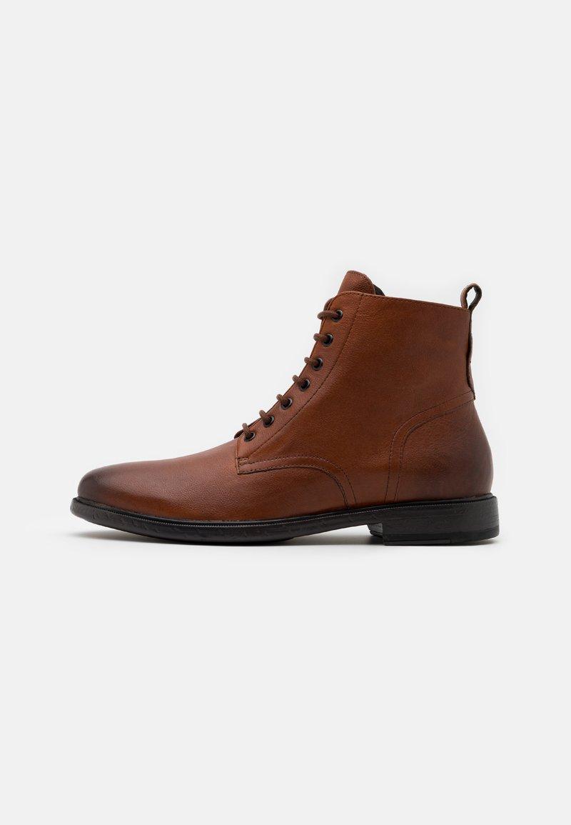 Geox - TERENCE - Šněrovací kotníkové boty - cognac