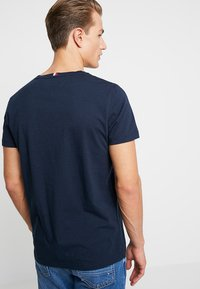 Tommy Hilfiger - CORP MERGE TEE - Print T-shirt - blue - 2