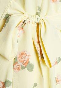 Glamorous Bloom - WRAP AROUND DRESSES WITH TIE DETAIL - Žerzejové šaty - yellow/pink rose - 2