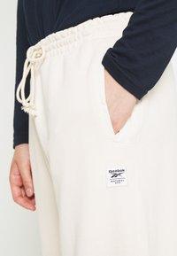 Reebok Classic - CLASSIC NATURAL DYE SEASONAL - Pantaloni sportivi - offwhite - 5