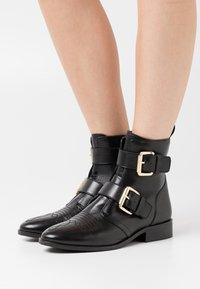 Copenhagen Shoes - MELODI  - Cowboy/biker ankle boot - black - 0