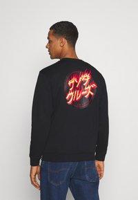 Santa Cruz - FLAMING JAPANESE DOT CREW UNISEX - Sweatshirt - black - 2