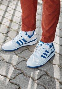 adidas Originals - FORUM LOW UNISEX - Sneakers basse - footwear white/team royal blue - 2