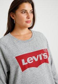 Levi's® Plus - PL RELAXED GRAPHIC CREW - Sweatshirt - plus fleece housemark smokestack htr - 5
