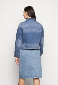 Forever New Curve - ANNIE CURVE JACKET - Denim jacket - classic wash - 2
