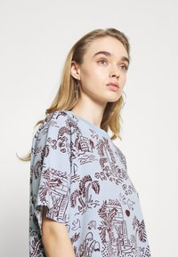 Monki - T-shirts med print - blue - 3