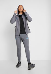 Nike Performance - TOTTENHAM HOTSPURS TECH PACK HOODIE - Klubbkläder - flint grey/blue fury - 1