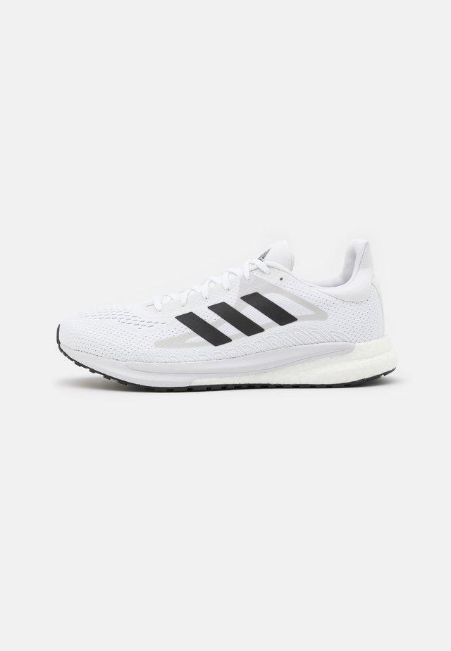 SOLAR GLIDE 3 - Hardloopschoenen neutraal - footwear white/core black/dash grey