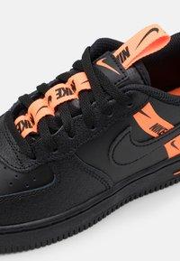 Nike Sportswear - FORCE 1 LV8 UNISEX - Trainers - black/total orange - 5