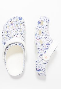 Crocs - CLASSIC LIBERTY GRAPHIC - Slippers - white - 3