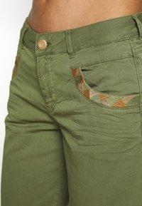 Mos Mosh - DECOR - Shorts - oil green - 5